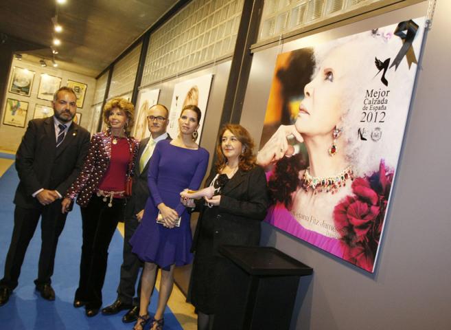 Margarita de Vargas y la alcaldesa de Elda en primer término posan...