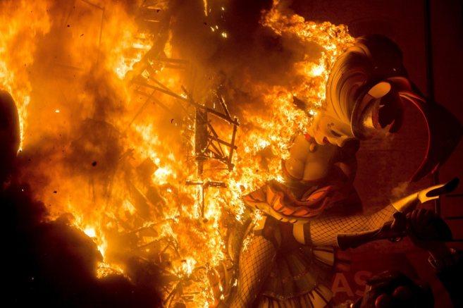La falla de El Pilar arde durante la cremà de las pasadas fiestas.