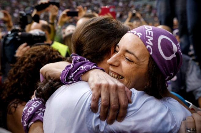 Una militante abraza a Pablo Iglesias en la asamblea de Madrid en...