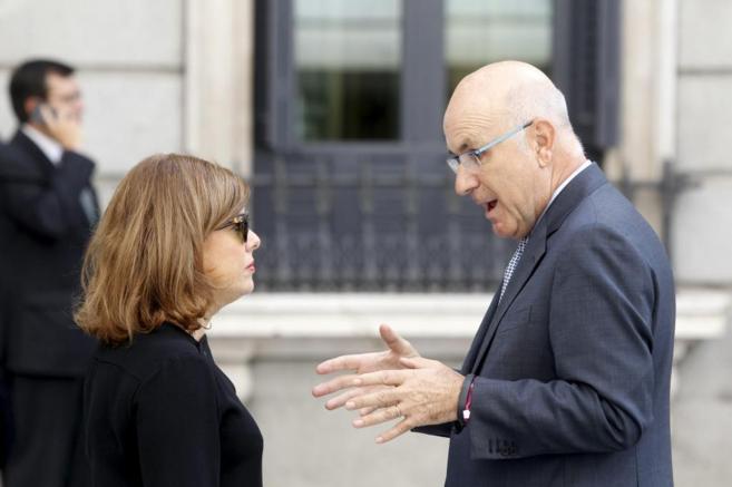La vicepresidenta del Gobierno Soraya Saenz de SantamarÍa habla con...
