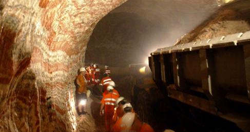 Trabajadores en una mina subterránea de potasa que explota...