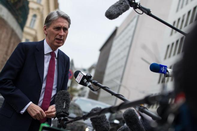 El ministro de Exteriores británico, Philip Hammond, habla a su...