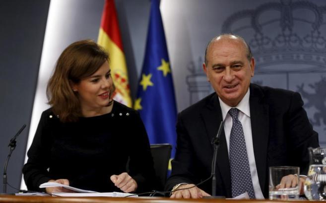El ministro del Interior junto a la vicepresidenta en la rueda de...