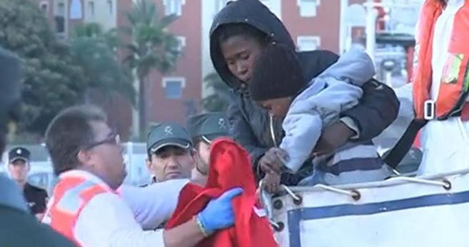 La mujer y el niño que fueron liberados, en el momento de bajar de la...