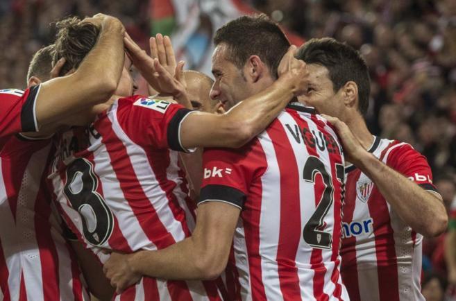 Los jugadores del Athletic felicitan a Iturraspe por el tercer gol al...