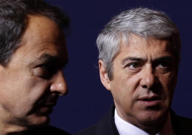 El ex primer ministro luso José Socrates junto a José Luis...