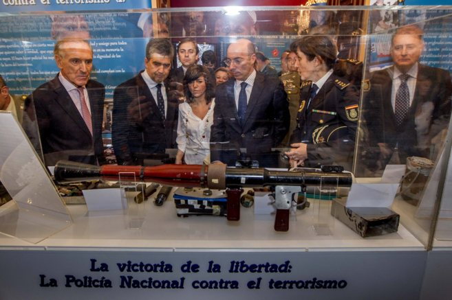 Ignacio Cosidó junto a Carlos Urquijo mira los objetos incautados que...