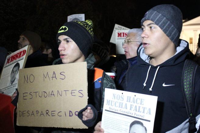 Cientos de mexicanos exigen justicia por la desaparición de 43...