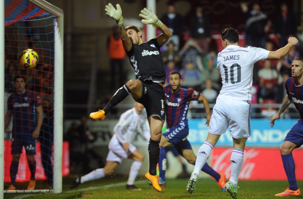 James remata de cabeza a gol tras un posible fuera de juego de Benzema...