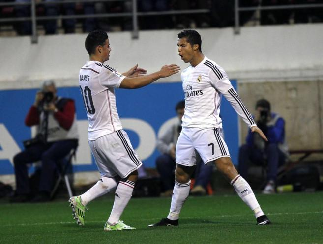 Cristiano celebra con James un gol en Eibar.