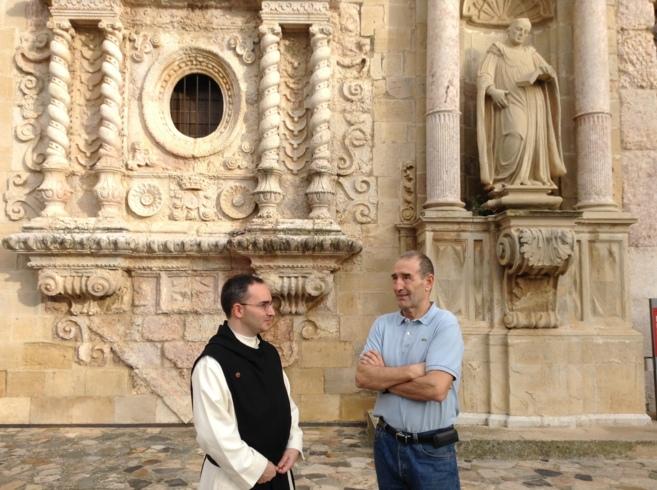 El prior Lluc Torcal y el físico Carles Urdina, en el Monasterio de...