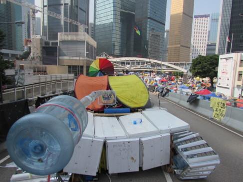 Arriba, el tanque que Miso Zo ha creado con 400 botellas.