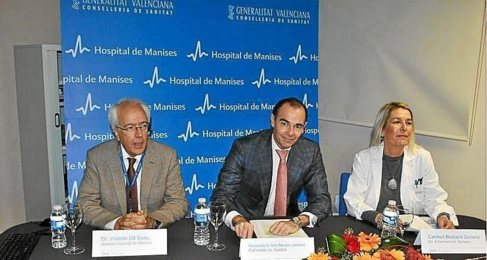 El conseller de Sanidad, Manuel Llombart (centro) junto a la actual...