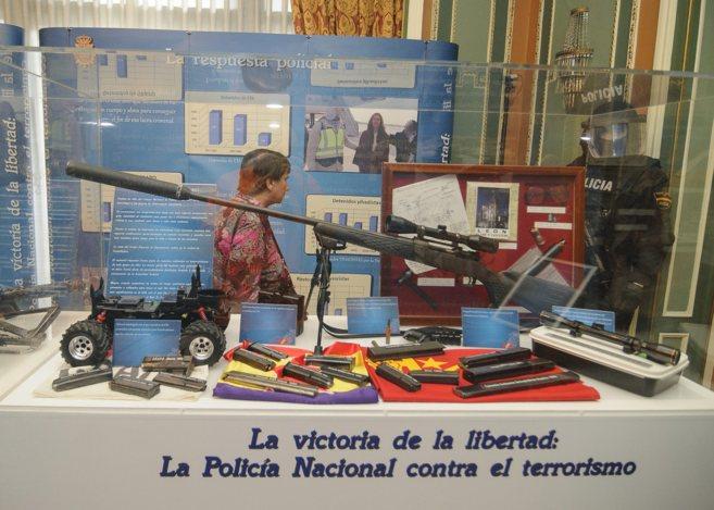 La vitrina en la que se expone el rifle con el que ETA planeó matar...