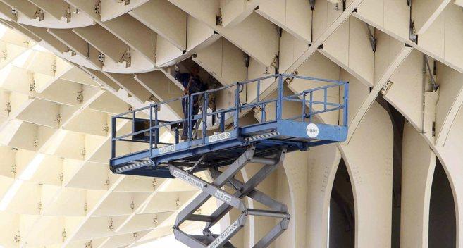 Trabajos de mantenimiento en los parasoles del Metropol Parasol, en...