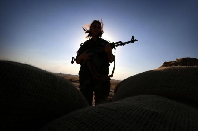 Una combatiente kurda defiende una posición cerca de Kirkuk, en el...