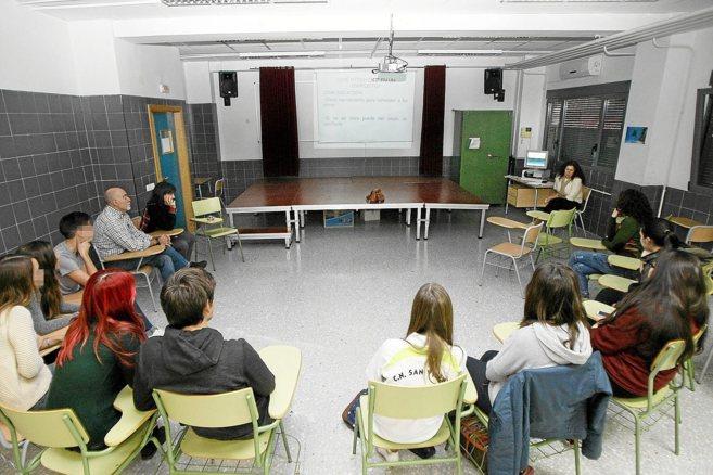 Una reunión organizada en el IES Gaia para solucionar conflictos a...