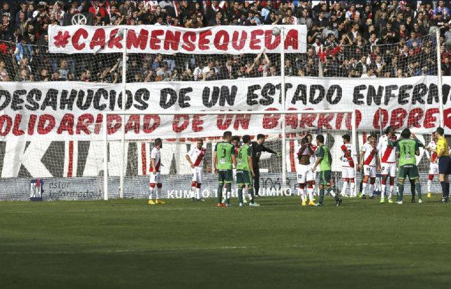 Aficionados del Rayo han desplegado una pancarta en apoyo de la...