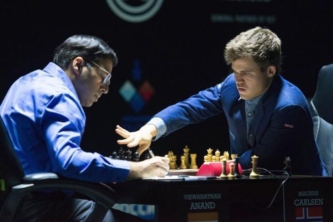Carlsen (dcha) y Anand (izda), durante la decisiva partida.