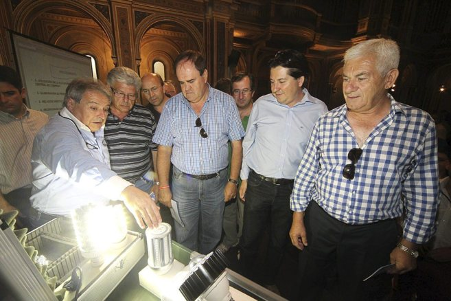 Alfonso Rus muestra a los alcaldes el modelo de bombilla que se...