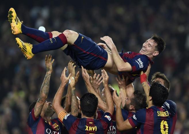 Messi es lanzando en volandas a la finalización del partido contra el...