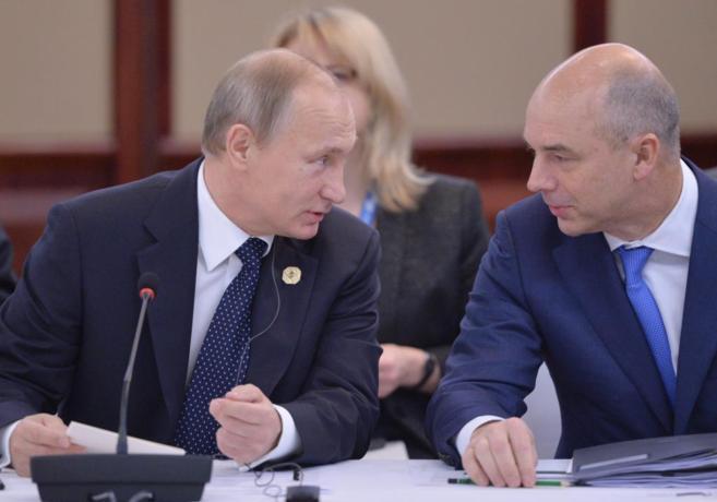 El presidente ruso, Vladimir Putin, charla con el ministro de...
