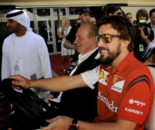 Fernando Alonso, junto al Rey Juan Carlos, en la previa del Gran...