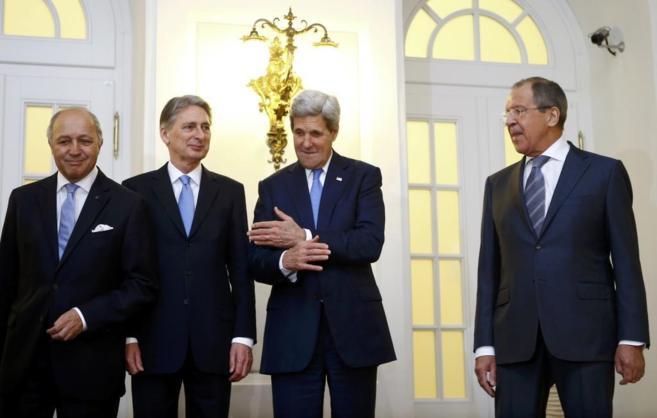 De izda. a dcha., los jefes de la diplomacia Fabius, Hammond, Kerry y...
