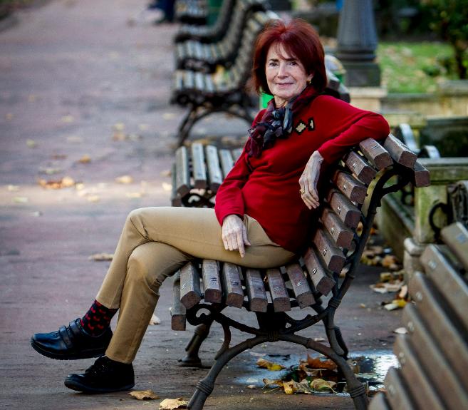 Idoia Estornés, en un banco del parque Jardines de Albia en Bilbao.