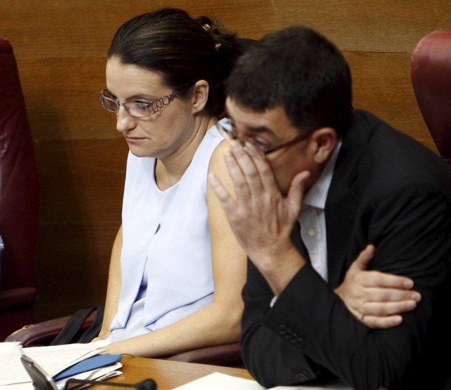 Mònica Oltra y Enric Morera, en sus escaños en las Cortes...