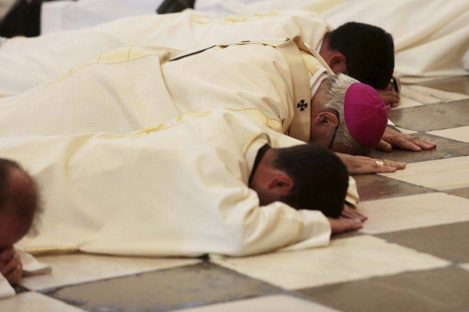 El arzobispo de Granada y otros religiosos piden perdón postrados...