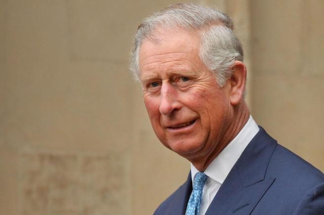 Fotografía del príncipe Carlos tomada a su salida de una reunión de...