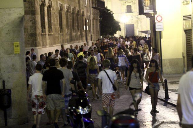 Una calle de El Carmen atestada de gente un sábado por la noche.