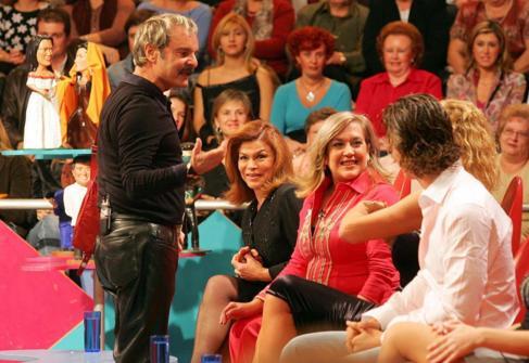Jesús Mariñas conversa con los invitados del último programa.