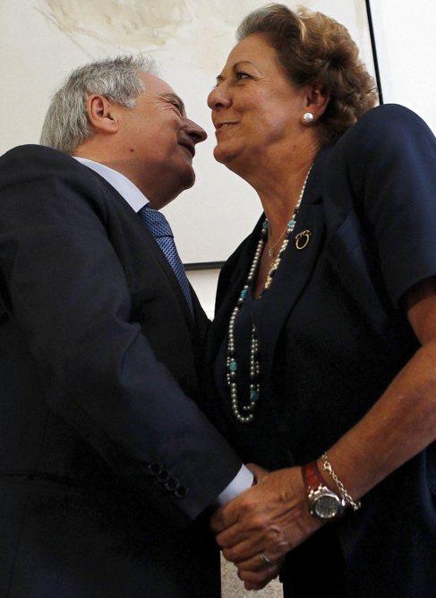 Alfonso Rus saluda a la alcaldesa de Valencia, Rita Barberá.