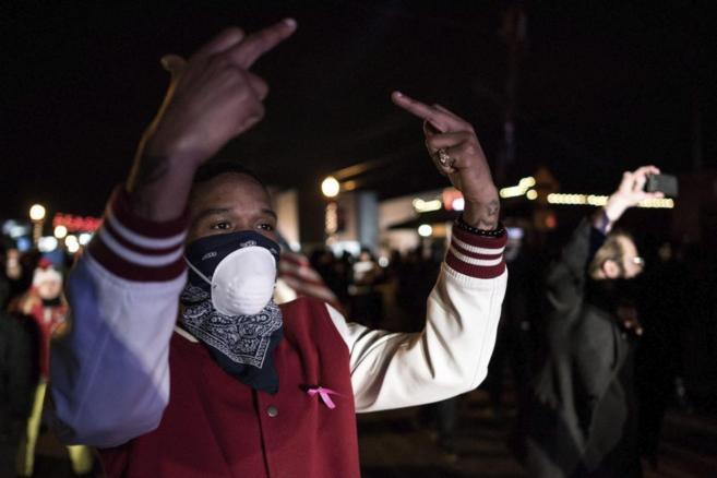 Manifestantes y policías se enfrentan durante unos disturbios tras...