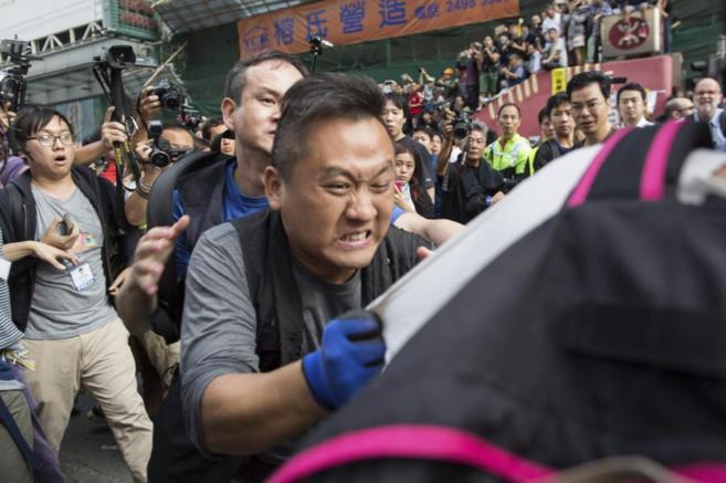 Un policía detiene a un manifestante en el distrito de Mong Kok, en...