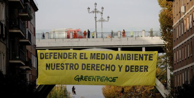 Pancarta de Greenpeace en el Viaducto de la calle Bailén de Madrid.