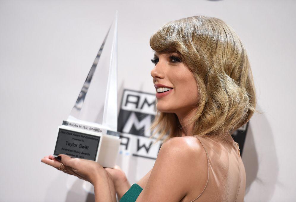 3. Taylor Swift (24 años). La cantante ingresó 64 millones de...