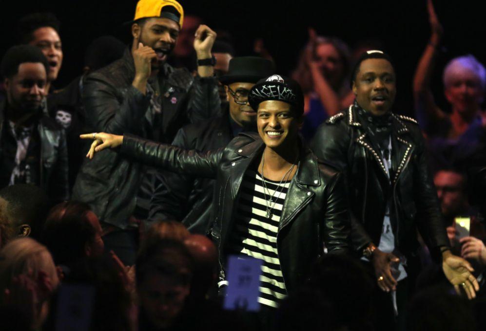 4. Bruno Mars (29 años). El cantante ingresó 60 millones de...