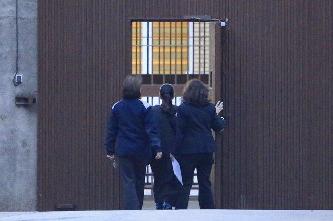 Isabel Pantoja, flanqueada por dos funcionarias, entrando en la...