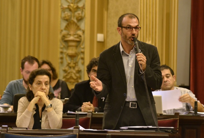 Fina Santiago y Biel Barceló durante el pleno del Parlament.