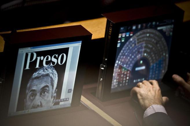Un diputado vota en el Parlamento portugués mientras las noticias de...