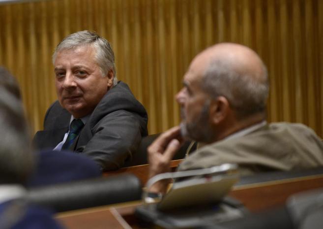 Blanco, sentado delante de Manuel Chaves en una reunión del Grupo...
