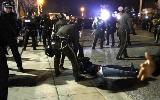 Un manifestante es arrastrado por dos agentes de policía, este martes...