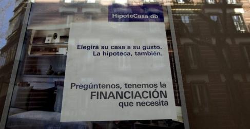 Imagen de archivo de un anuncio de hipotecas en un escaparate de un...