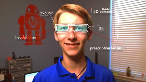 Joey Hudy, con su último invento, unas gafas inteligentes que leen la...