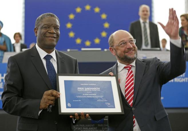 Muckwege (izda.) recoge el galardón de manos del presidente de la...