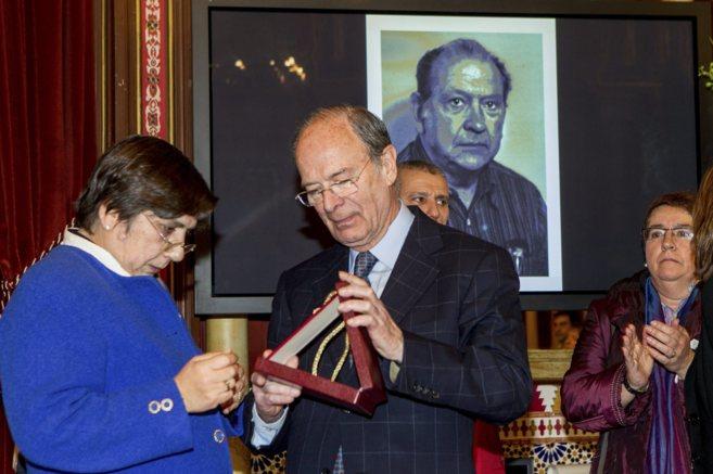 El alcalde Ibon Areso entrega a la hija de Santiago Brouard la medalla...
