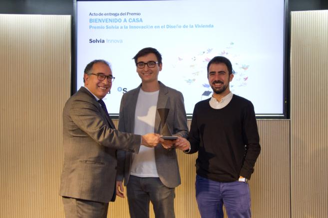 El director general de Banco Sabadell, Miguel Montes, entrega el...